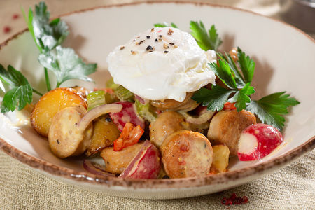 Теплый салат с колбасками