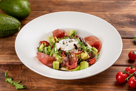 Салат с говядиной брезаола