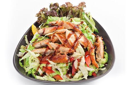 Салат с теплым угрем, авокадо и овощами