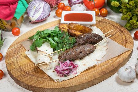 Люля кебаб из баранины с картофелем и соусом сацебели
