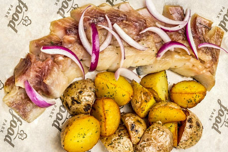 Сельдь с печеным картофелем
