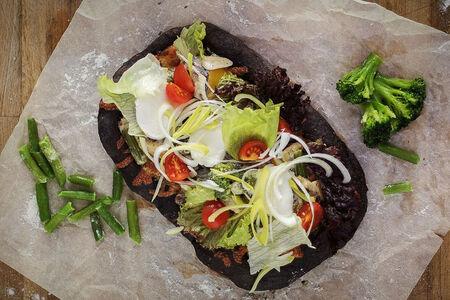 Чёрная сливочная пинса с овощами
