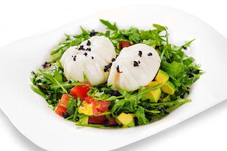 Салат с авокадо и яйцом пашот