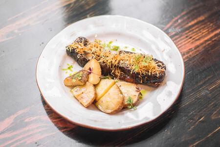 Говяжьи ребра барбекю с печеным картофелем