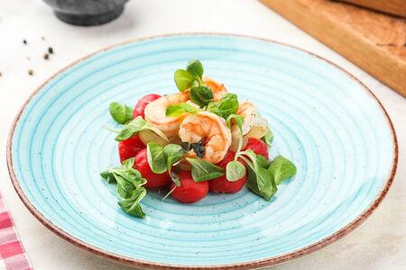 Салат с томатами и креветками