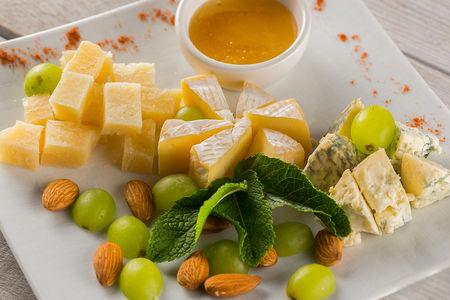 Трио сыров с медом и орехами