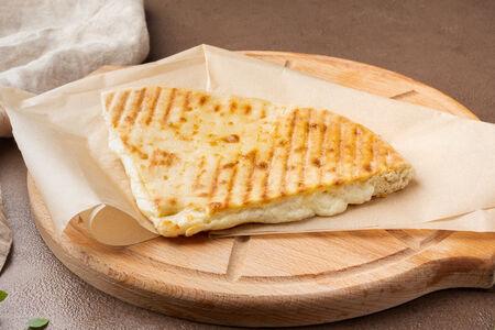 Гриль-пирог с сыром сулугуни