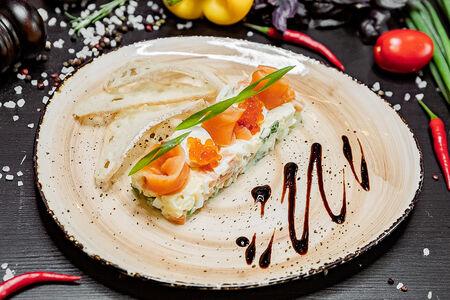 Салат Оливье со слабосоленой семгой и лососевой икрой