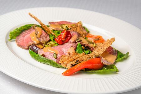 Салат с ростбифом и ореховым соусом