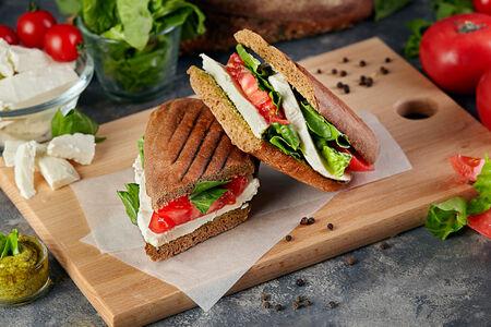 Сэндвич с сыром и томатами