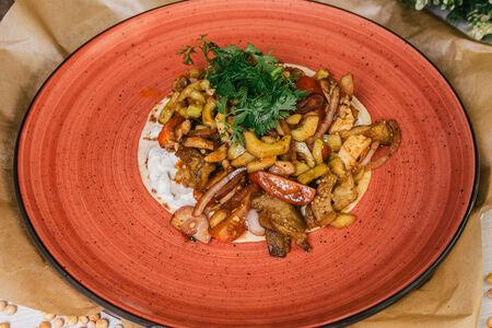 Теплый салат с курицей на кукурузной лепешке