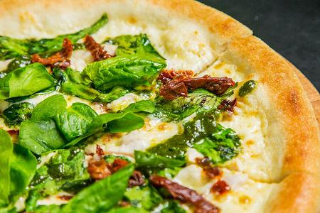 Пицца с куриной грудкой, вялеными томатами и шпинатом