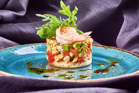 Салат из тигровых креветок и авокадо