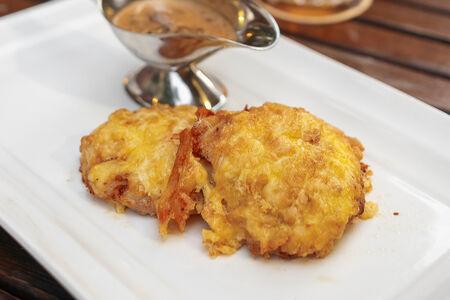 Курица под сырной корочкой с грибным соусом