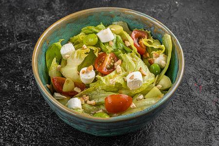 Салат с черри, бобами и сыром
