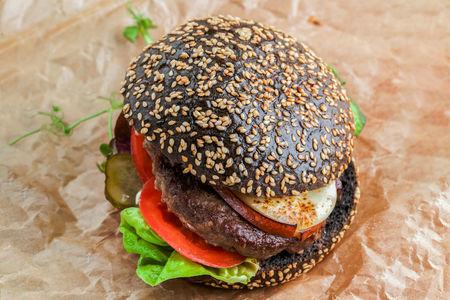 Черный бургер с котлетой из мраморной говядины и копченым сыром Скаморца