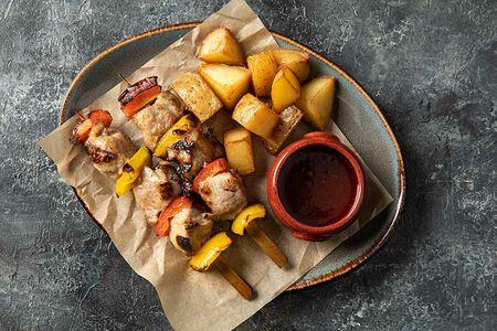 Шашлычки из свинины с запеченным картофелем и фирменным соусом