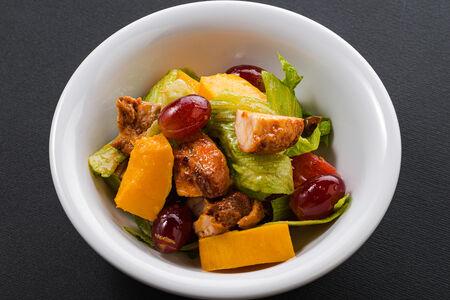 Салат из запеченной тыквы с виноградом и курицей