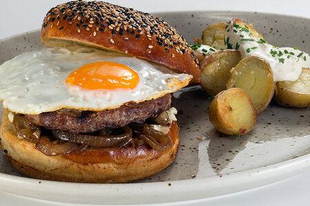Открытый бургер с картофелем в сметане
