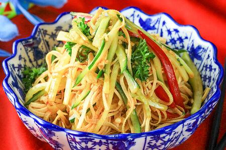 Салат Сухой тофу и кинзой в соевом соусе