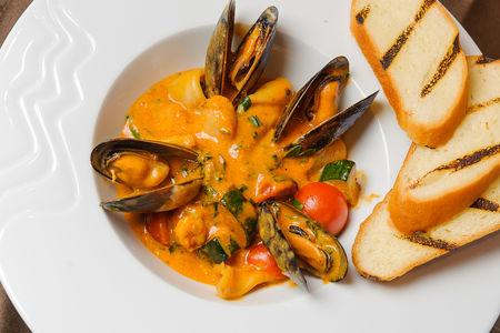 Средиземноморское жаркое из морепродуктов в соусе биск