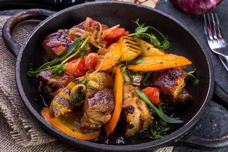 Шкварка свиная с картофелем и овощами