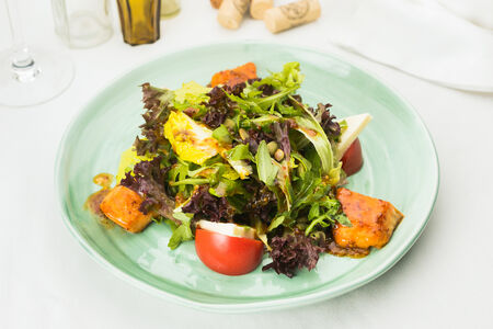 Тёплый салат с лососем