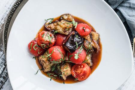 Теплый салат из баклажанов с помидорами