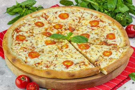 Пицца Маргарита с томатами