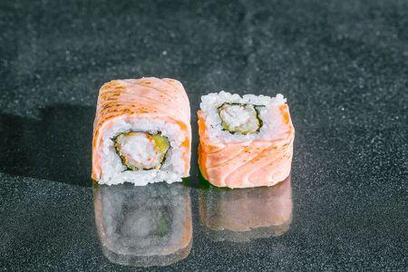 Ролл Опаленный лосось с креветкой