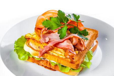 Фирменный сэндвич с беконом