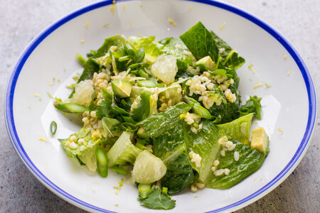 Салат с булгуром, авокадо и помело