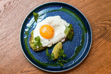 Фреш-тост с авокадо и яйцом