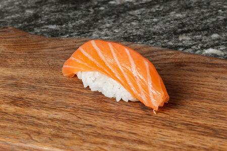 Суши нигири лосось
