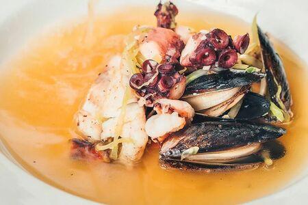 Прозрачный рыбный суп с креветками