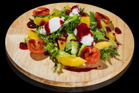 Салат со сливочным сыром и малиновым соусом