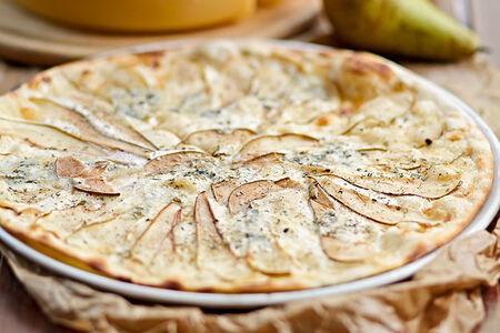 Пицца с грушей и сыром рокфор