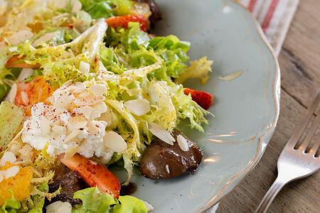 Салат с печенью цыпленка и сырным муссом