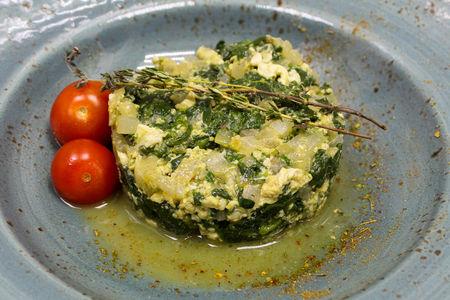 Свежий шпинат тушеный с луком и яйцом