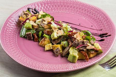 Теплый салат с говядиной в медово-горчичной заправке