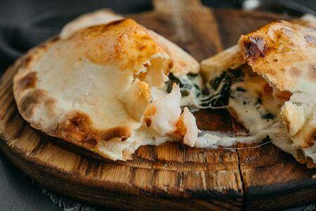 Пицца Кальцоне со шпинатом, креветками и трюфельным кремом