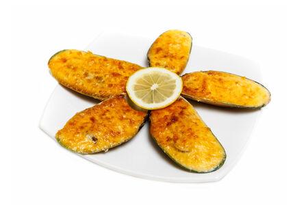 Запеченные мидии под сырным соусом