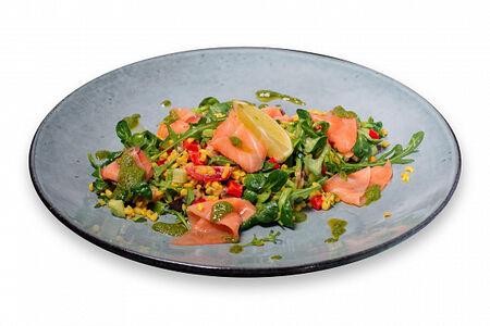 Салат с булгуром и слабосолёным лососем