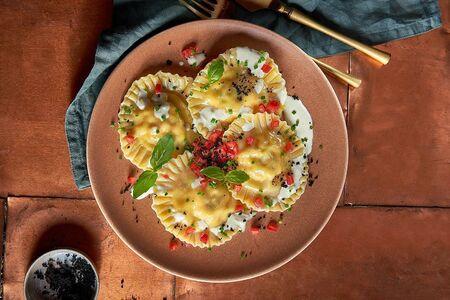 Равиолли с лососем и креветками под сливочным соусом