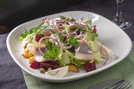 Салат с печёной свеклой, малосольной сельдью и молодым картофелем