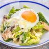 Фото к позиции меню Салат Цезарь с фермерским цыпленком и яйцом