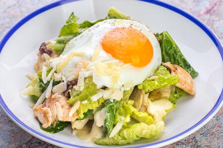 Салат Цезарь с фермерским цыпленком и яйцом