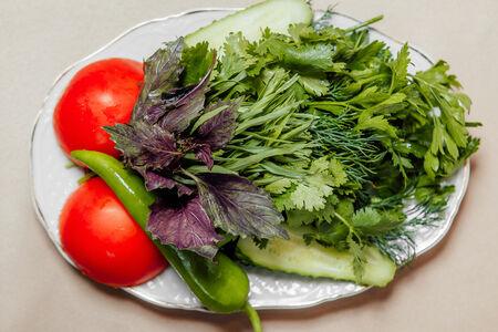 Свежие овощи и зелень по-грузински