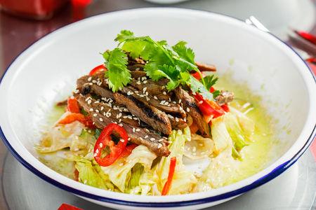 Салат с пряной говядиной