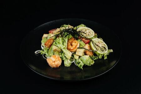Салат с креветкой и авокадо